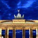 Una veduta notturna della Porta di Brandeburgo, a Berlino, in Germania