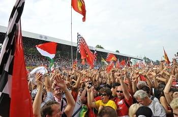 Dei tifosi della Scuderia Ferrari che festeggiano