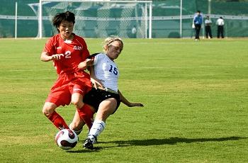 Due giocatrici di calcio in un contrasto con la palla