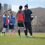 Un allenatore delle giovanili su un campo di calcio