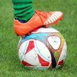 Un piede e un pallone da calcio