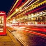 Londra di notte con una cabina telefonica in primo piano