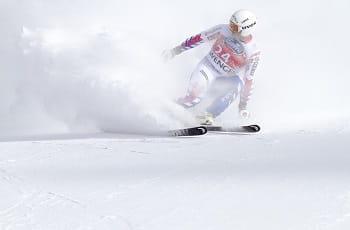 Uno sciatore in azione sulla neve