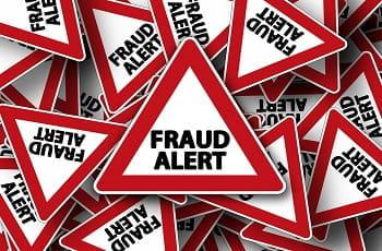 Cartelli stradali di pericolo con la scritta Fraud Alert (Pericolo frodi)