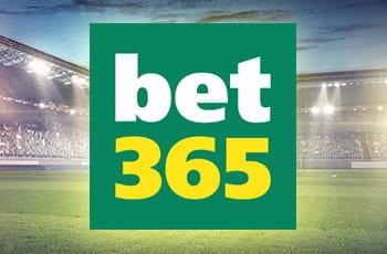 Il logo di bet365, sullo sfondo un campo da calcio