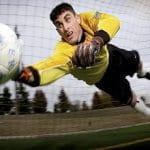 Un portiere di calcio in azione