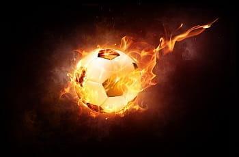 Un pallone da calcio infuocato