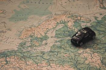 Una carta geografica, un modellino di automobile
