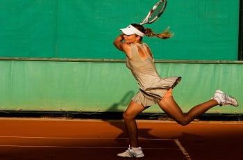 Una tennista in azione
