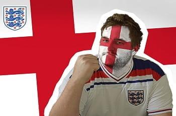 Un tifoso dell'Inghilterra di calcio, sullo sfondo la bandiera dell'Inghilterra