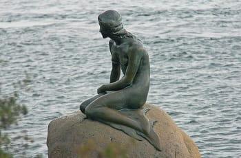 Una veduta della Sirenetta, celebre monumento di Copenhagen, in Danimarca