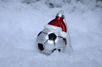 Una decorazione natalizia fatta a forma di pallone da calcio