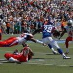 Dei giocatori di football americano in azione