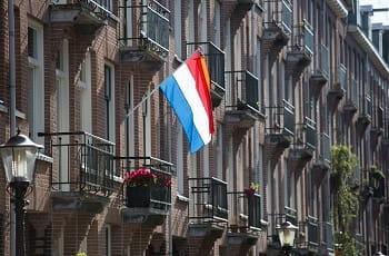 La bandiera dei Paesi Bassi esposta ad un balcone