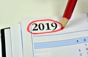 """Una matita rossa cerchia la scritta """"2019"""" su un'agenda"""