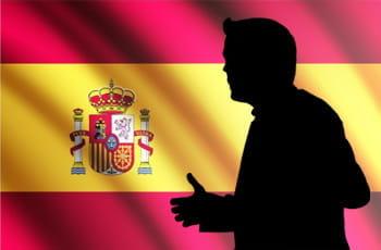 Una silhouette e la bandiera della Spagna