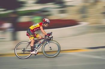 Un ciclista generico in azione