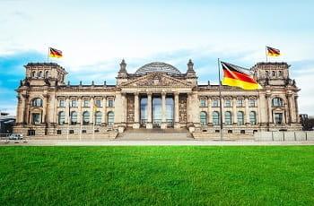 Una veduta del Reichstag di Berlino e una bandiera tedesca
