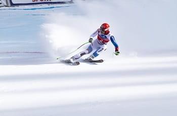 Uno sciatore in azione