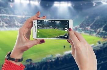 Uno smartphone che riprende una partita di calcio