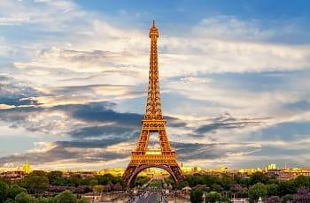 Una veduta di Parigi con la Torre Eiffel in primo piano