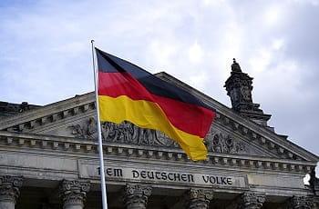Il Bundestag a Berlino e la bandiera della Germania
