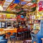 L'interno di un pub, con diverse maglie da calcio e sciarpe di tifoserie