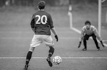 Un calciatore si accinge a tirare in porta