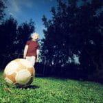 Un bambino si appresta a calciare un pallone