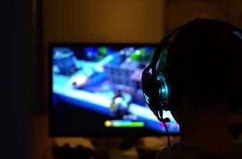 Un giocatore di eSports durante una partita a Fortnite