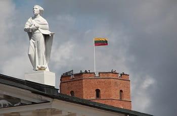 La bandiera della Lituania sulla fortezza di Vilnius