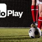Un calciatore con il piede sul pallone e il logo di MoPlay