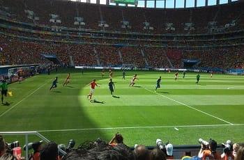 Uno stadio di calcio durante una partita