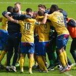 Giocatori di calcio esultano dopo un gol