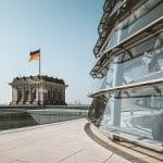 La cupola del Bundestag a Berlino e la bandiera tedesca