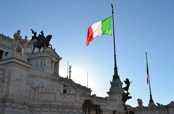 La bandiera italiana e sullo sfondo il Vittoriano