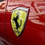 Il marchio della Ferrari sulla fiancata di una autovettura