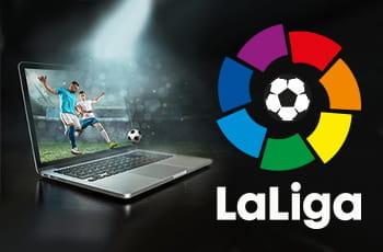 Un calciatore generico in azione e il logo della Liga spagnola di calcio