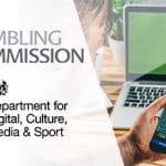 I loghi della UK Gambling Commission e del DCMS, un laptop e uno smartphone collegati ai siti di due bookmaker online