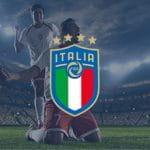 Il logo della FIGC e sullo sfondo calciatori che esultano dopo un gol