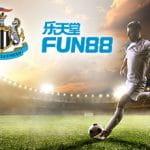 I loghi di Newcastle United e FUN88 e un calciatore in azione