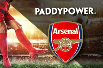 I loghi di Paddy Power e Arsenal e un calciatore in azione