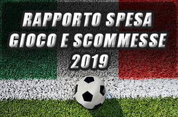 La scritta 'Rapporto spesa gioco e scommesse 2019' e un pallone da calcio su un campo di erba