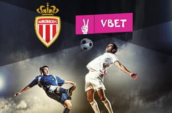 I loghi di Monaco, VBet e due calciatori in azione
