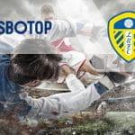 I loghi di SBOTOP, del Leeds United e calciatori in azione durante una partita