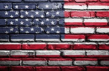 La bandiera degli USA dipinta su un muro di mattoni
