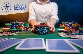 Il logo della Agenzia Dogane e Monopoli e un giocatore al casinò