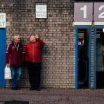 Due anziani tifosi inglesi all'uscita dallo stadio