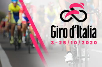 Il logo del Giro d'Italia 2020 e dei ciclisti in azione sullo sfondo