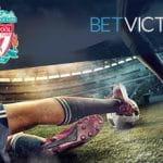 I loghi di Liverpool e Betvictor e due calciatori a contrasto